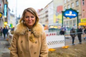 Maike Plath vor Heimathafen in der Karl-Marx-Strasse